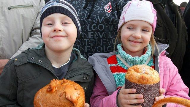Дети с куличами на Пасхе в Белоруссии