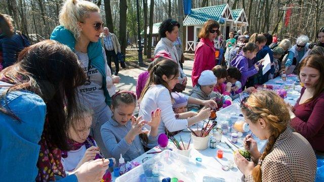 Детский мастер-класс по росписи яиц на пасхальных гуляньях в московском парке