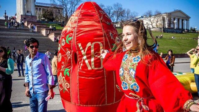 Девушка в костюме скомороха на пасхальном гулянье в Выборге