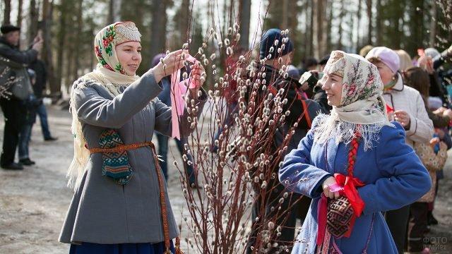 Девушки в национальных костюмах в начале Пасхальной недели в Карелии