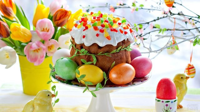 Яркий пасхальный стол с цветами, яйцами и куличом