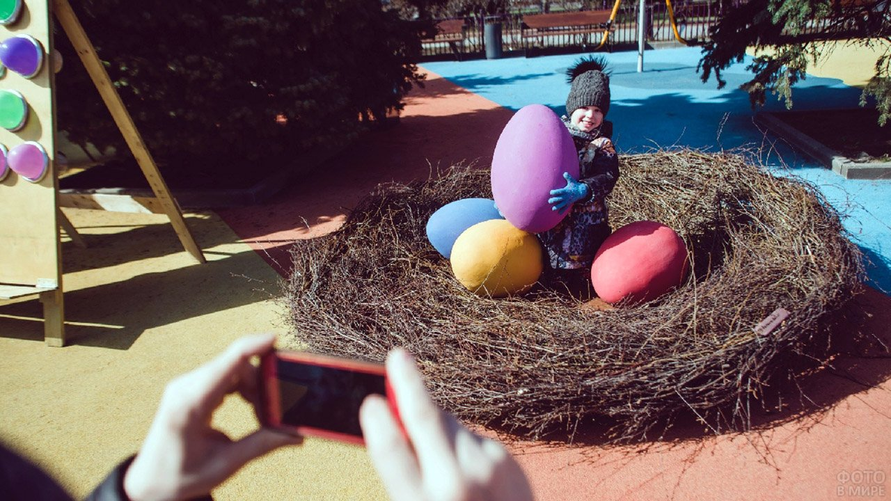 Малыш в пасхальной фотозоне московского парка