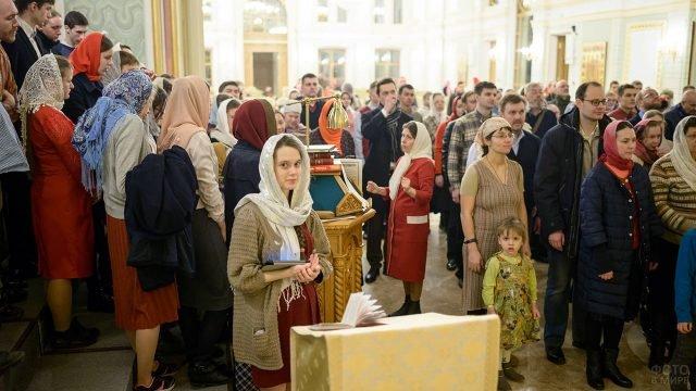 Пасхальная служба в Московском храме