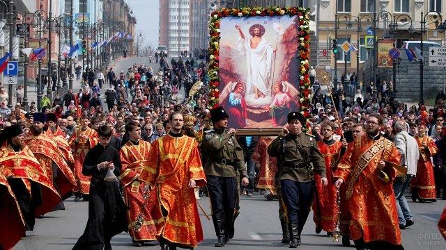 Пасхальное шествие с православными церковнослужителями и казаками по улице города