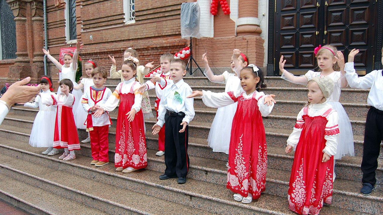 Пасхальный концерт с участием малышей у кафедрального собора в Краснодаре