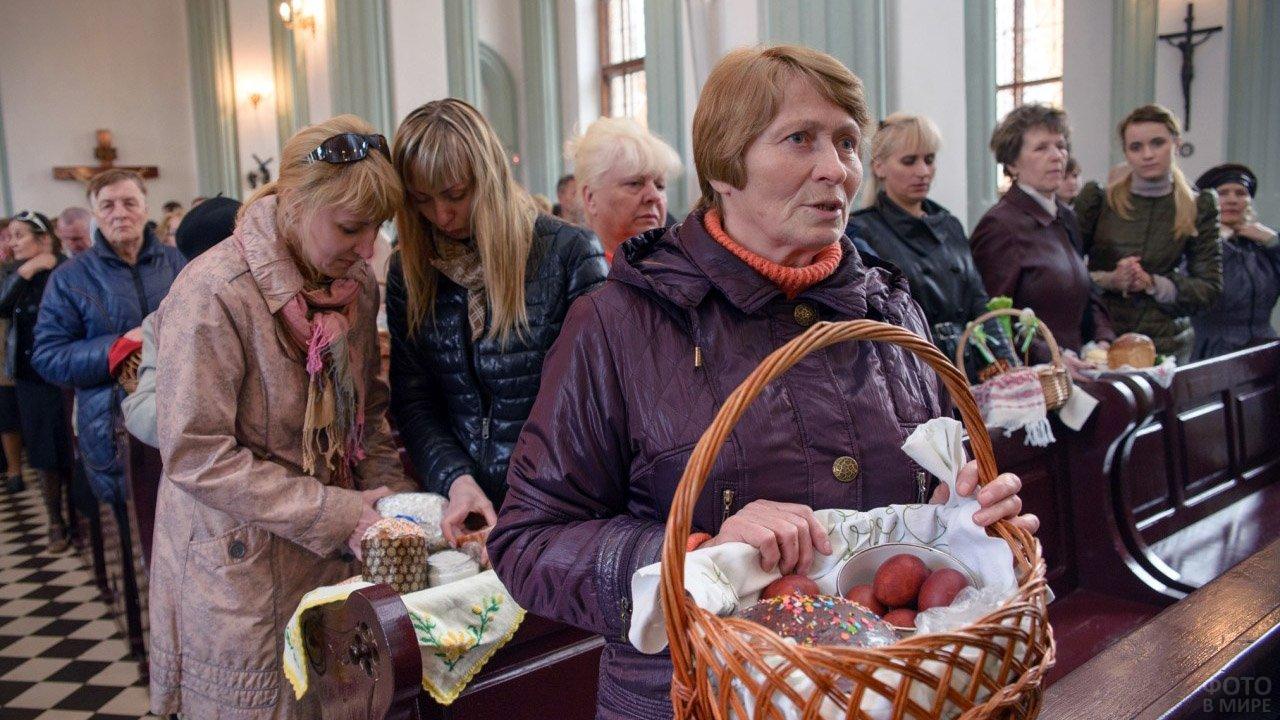 Прихожане церкви в Бобруйске на Пасхальной службе