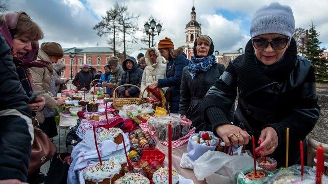 Прихожанки церкви готовятся к освящению куличей на Пасхальной неделе