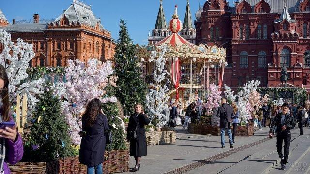 Украшенная к Пасхе площадь в Москве