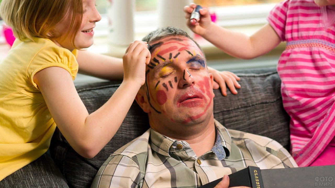 Дети разрисовали спящего отца на 1 апреля