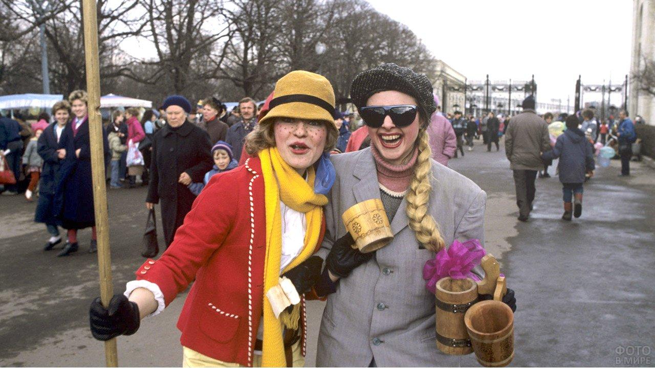 Девушки в первоапрельских нарядах на улице города