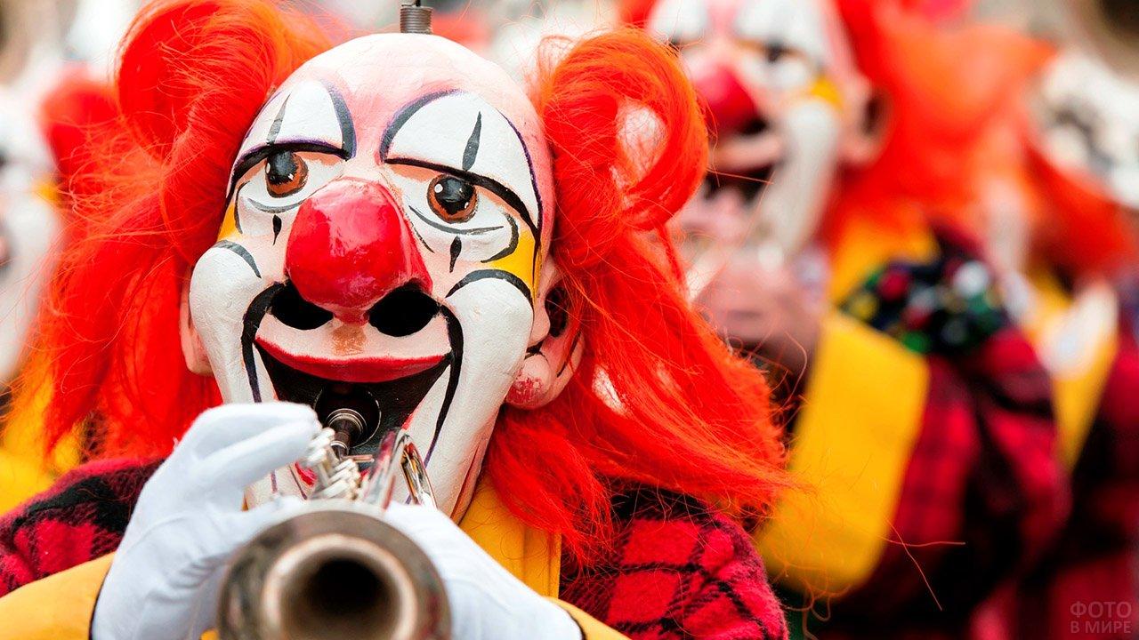 Клоун с трубой на первоапрельском карнавале в Испании