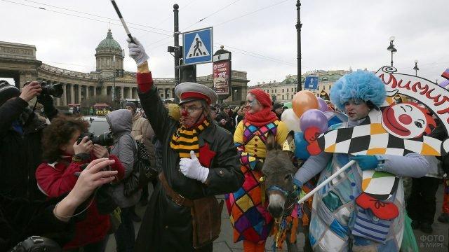 Парад в День смеха в центре Петербурга