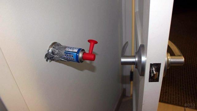 Первоапрельская шутка с громким клаксоном за дверью