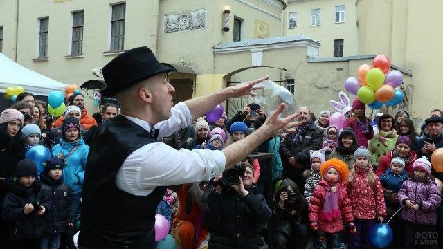 Шоу мыльных пузырей для малышей в День смеха на улице Петербурга