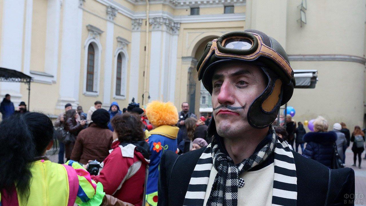 Участник первоапрельского уличного парада в маскарадном костюме