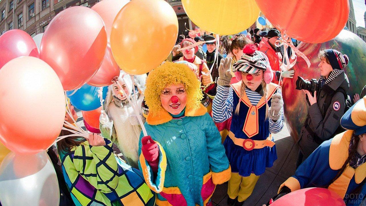 Уличный костюмированный парад на 1 апреля в Британии