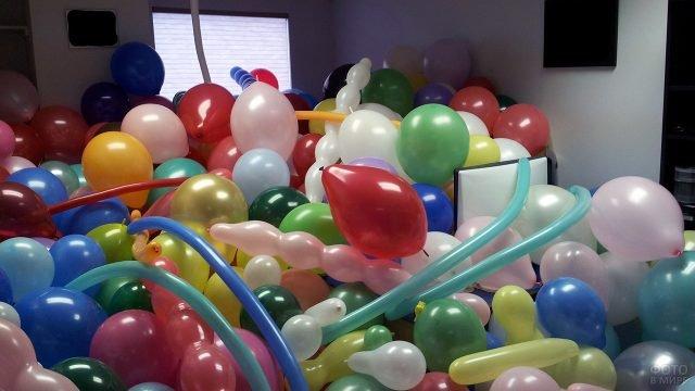 Утопленный в воздушных шариках кабинет шефа на 1 апреля