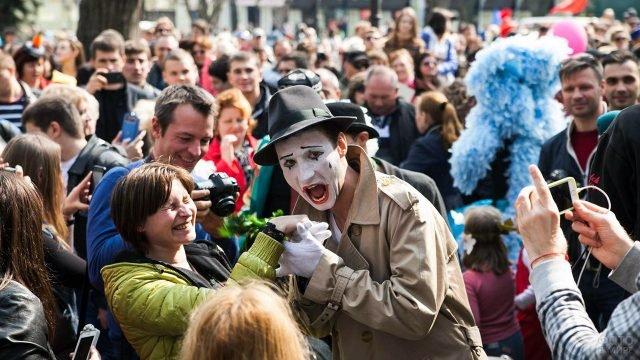 Выступление мима на городской улице в День дурака