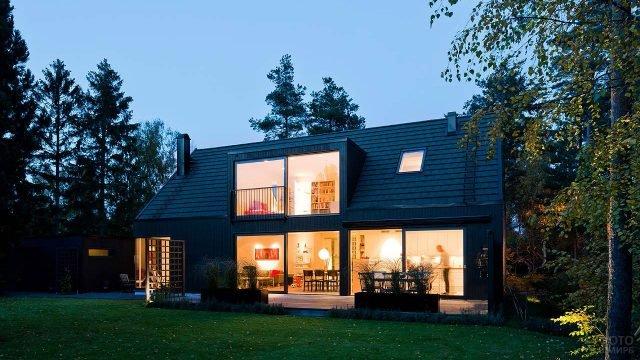 Чёрный коттедж в шведском стиле с оригинальным квадратным мезонином