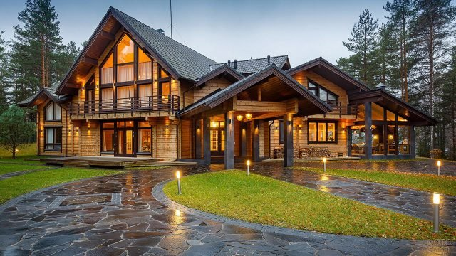 Финский деревянный дом в сосновом лесу
