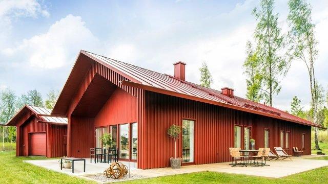 Шведский красный дом в стиле Барнхаус среди берёз