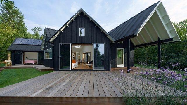 Стильная дача чёрного цвета в скандинавском стиле