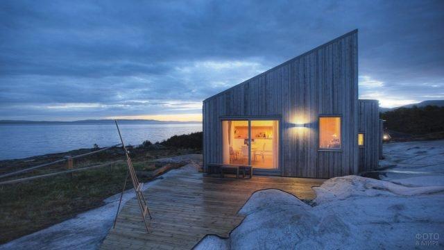 Уединённая дача на берегу озера в современном скандинавском стиле