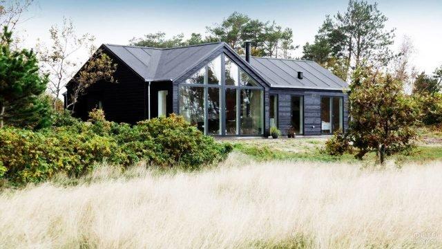 Уютный скандинавский дом с французским остеклением среди пышной зелени