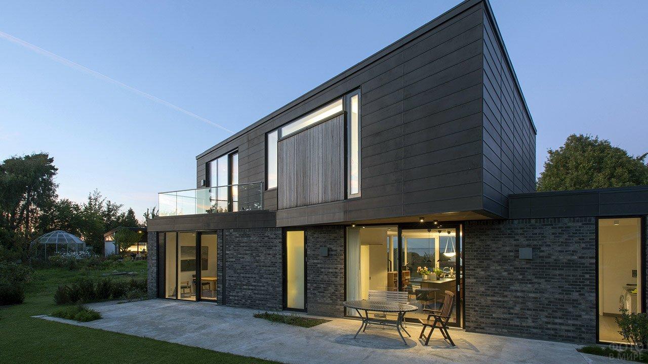 Загородный двухэтажный дом с плоской крышей в современном скандинавском стиле