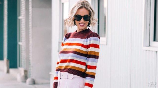 Блондинка в полосатом свитере и брюках с высокой талией