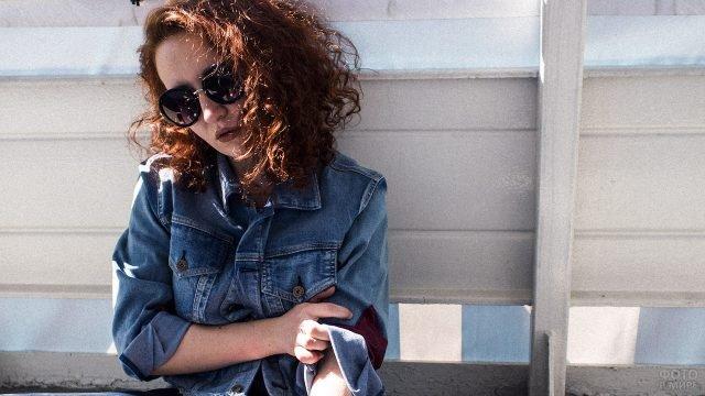 Девочка-подросток в модной в 80-е джинсовой кроп-куртке