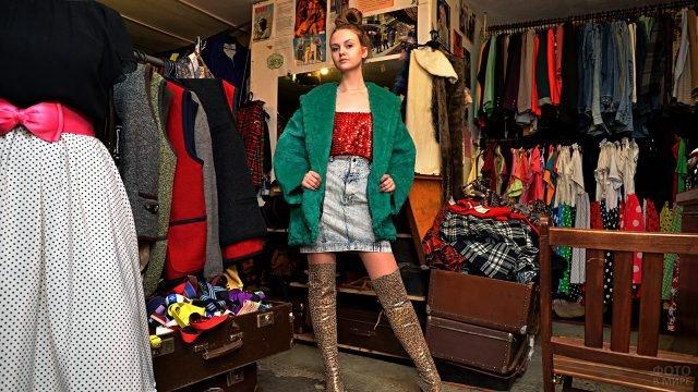 Девушка в гламурном наряде по моде 80-х