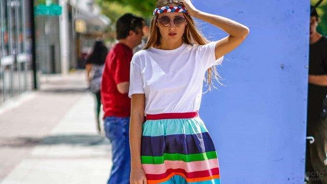 Девушка в пёстрой широкой юбке по моде 80-х