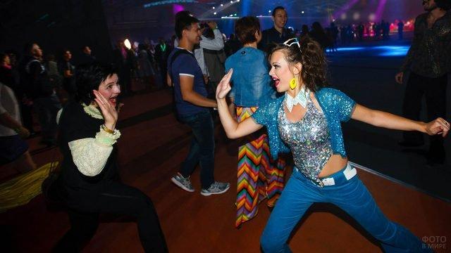 Девушки по моде 80-х на дискотеке