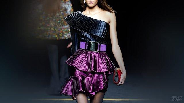 Модель в платье с воланами из плиссерованной ткани по моде 80-х