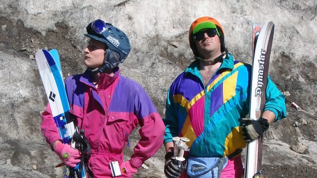 Мужчины демонстрируют модные в 80-е спортивные костюмы