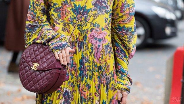 Платье в цветочек из модной в 80-е плиссерованной ткани и стёганая сумка