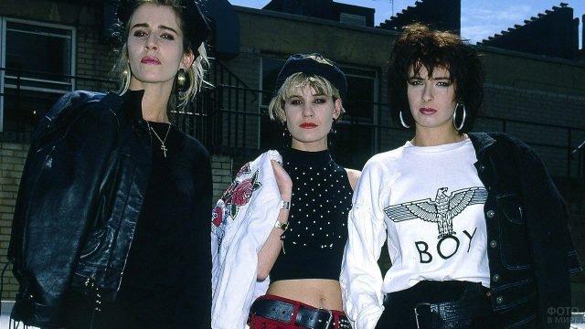 Три модели в повседневной одежде по моде 80-х