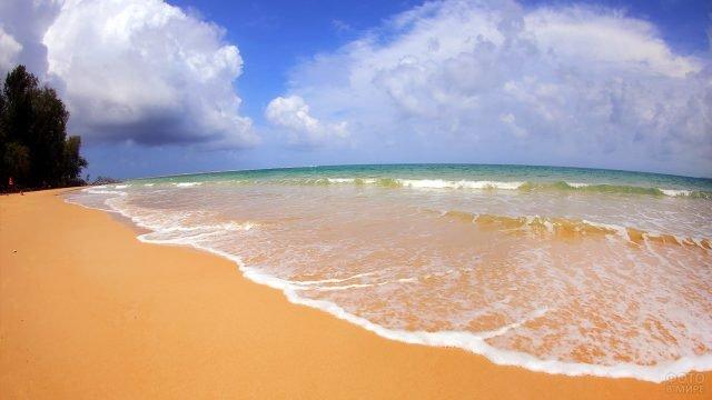 Чистейший пляж Май Кхао в заповеднике Сиринат на Пхукете