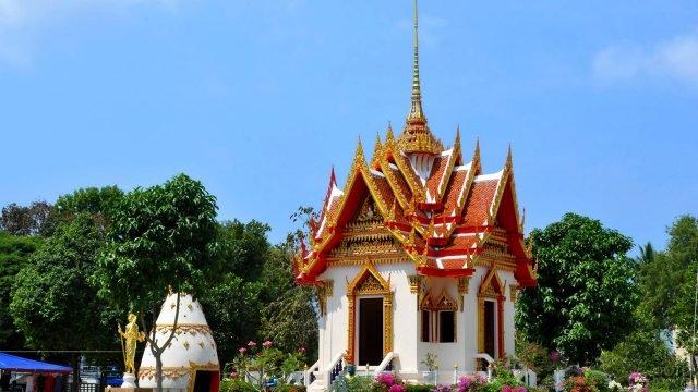 Храм Суван Кхири Кет близ пляжа Карон на Пхукете