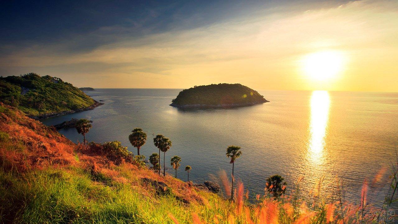 Небольшой необитаемый остров у мыса Пром Тхеп в лучах заката над Пхукетом