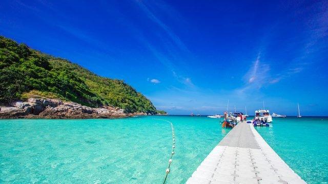 Прогулочные катера у пирса тропичсекого острова Рача
