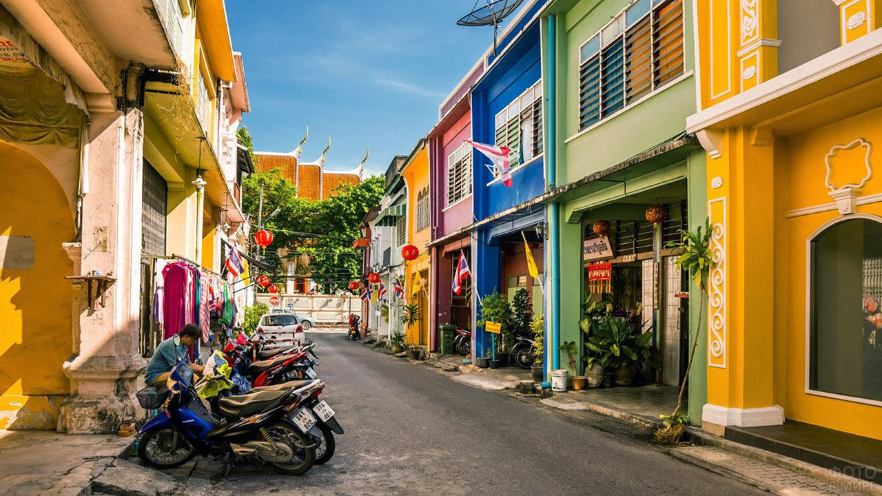 Разноцветные домики на улице Старого Пхукета