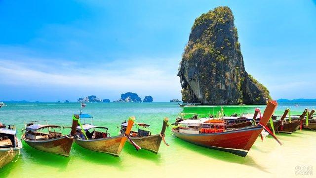Туристические лодки у живописного пляжа на Пхукете