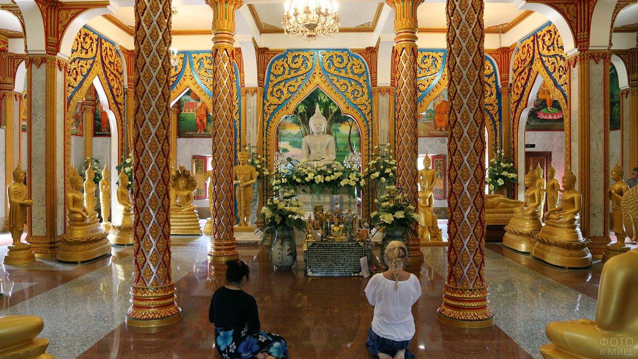 Туристки внутри храма Ват Чалонг на Пхукете