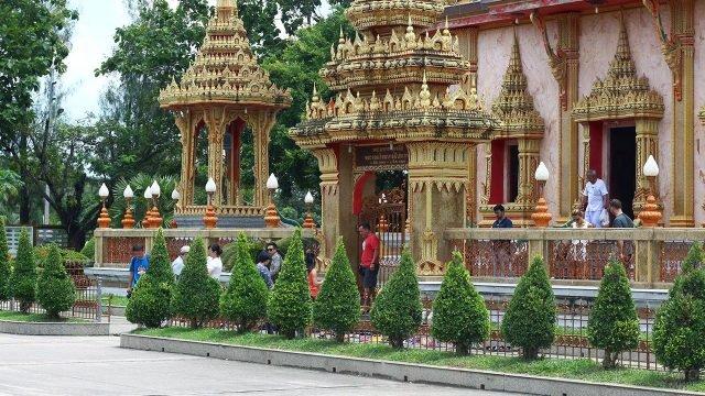 Туристы у храма Ват Чалонг на Пхукете