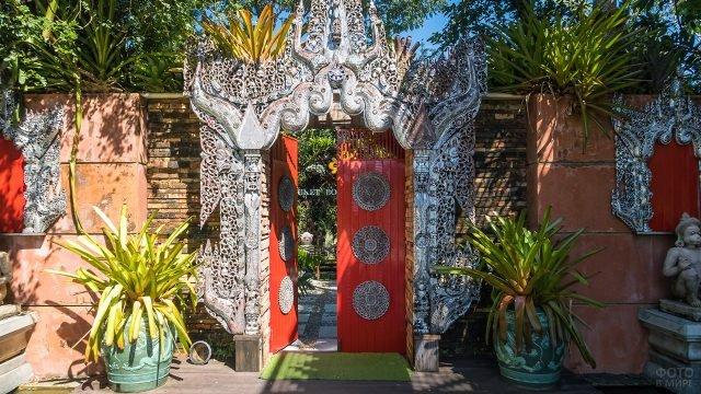 Ворота в Ботаническом саду на Пхукете