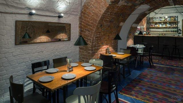 Богемный ресторан в подвале старинного дома в центре Москвы