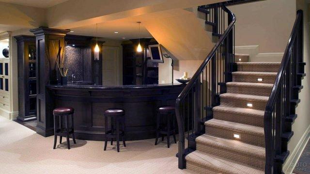 Цокольная лестница в полуподвал с баром в частном доме