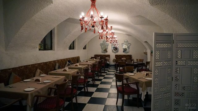 Индийский аутентичный ресторан в подвале московского дома